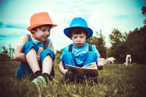 Enseigner la lecture avec la méthode Montessori : fables, contes de fées et histoires musicales